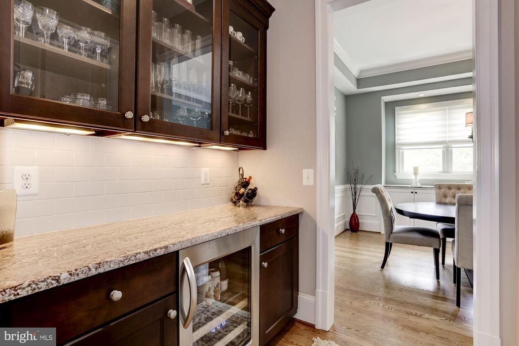 Butler's pantry with wine unit & walk in pantry - 405 N HIGHLAND ST, ARLINGTON