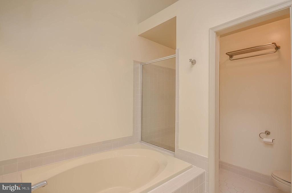 Master bathroom - 1803 ABBEY GLEN CT, VIENNA