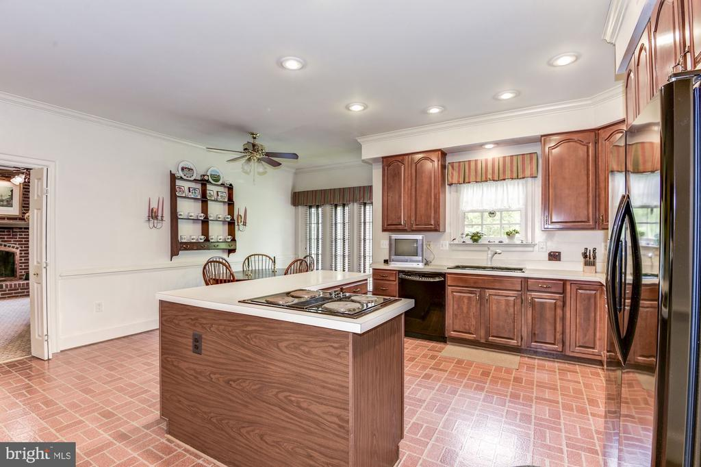 Large kitchen with eat-in space and island - 6412 NOBLE ROCK CT, CLIFTON