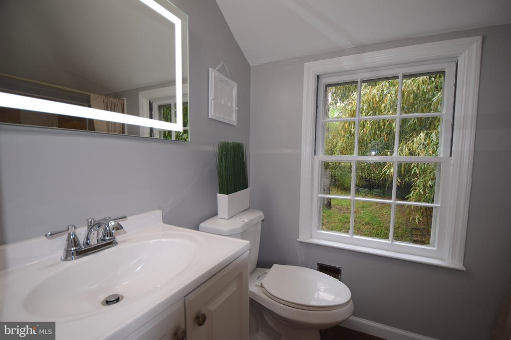 Upper Level Full Bath - 5818 CARLYLE ST, CHEVERLY