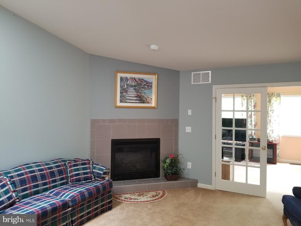 Gas fireplace for cozy evenings - 138 EAGLE CT, LOCUST GROVE