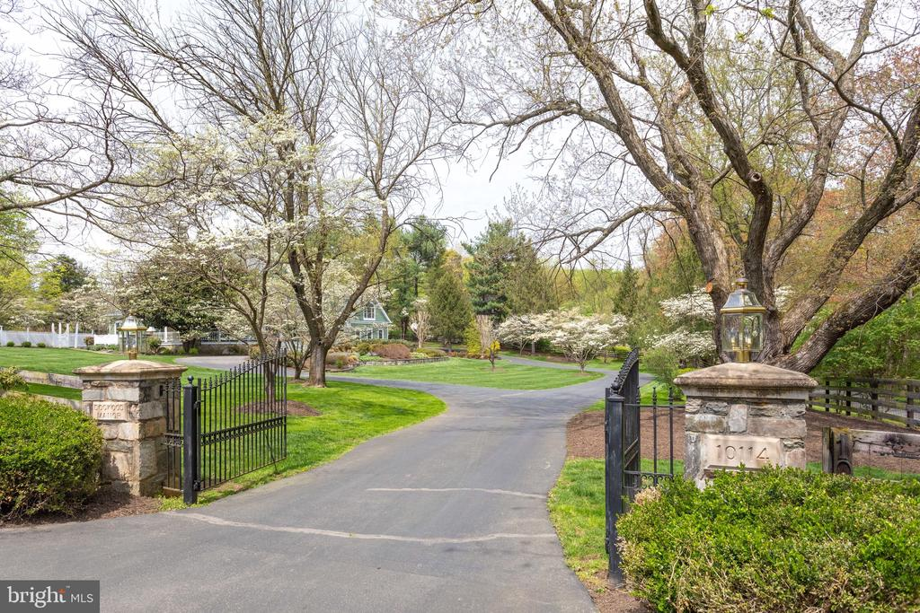 Gracious Entry to Your Private Estate. - 10114 LAWYERS RD, VIENNA