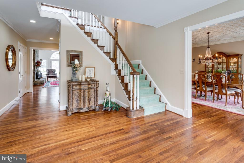 Gracious Staircase in large welcoming Foyer. - 10114 LAWYERS RD, VIENNA