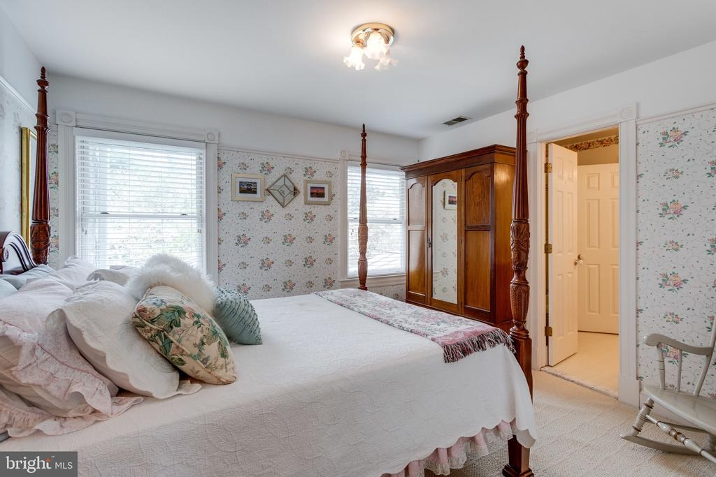 3rd Bedroom Opens to Jack n Jill Bath. - 10114 LAWYERS RD, VIENNA