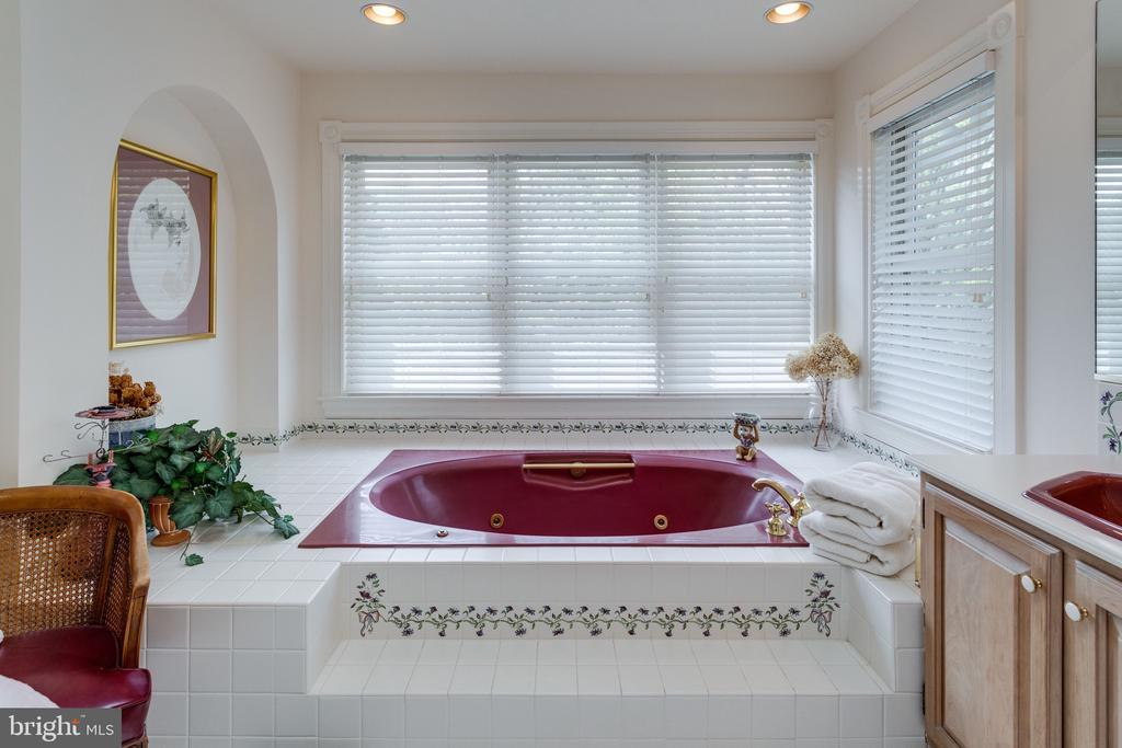 2nd Master Bath w Separate Tub & Shower. - 10114 LAWYERS RD, VIENNA