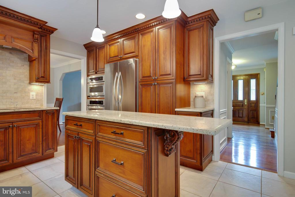 Awesome cabinets and love the drawers - 7704 LAKELOFT CT, FAIRFAX STATION