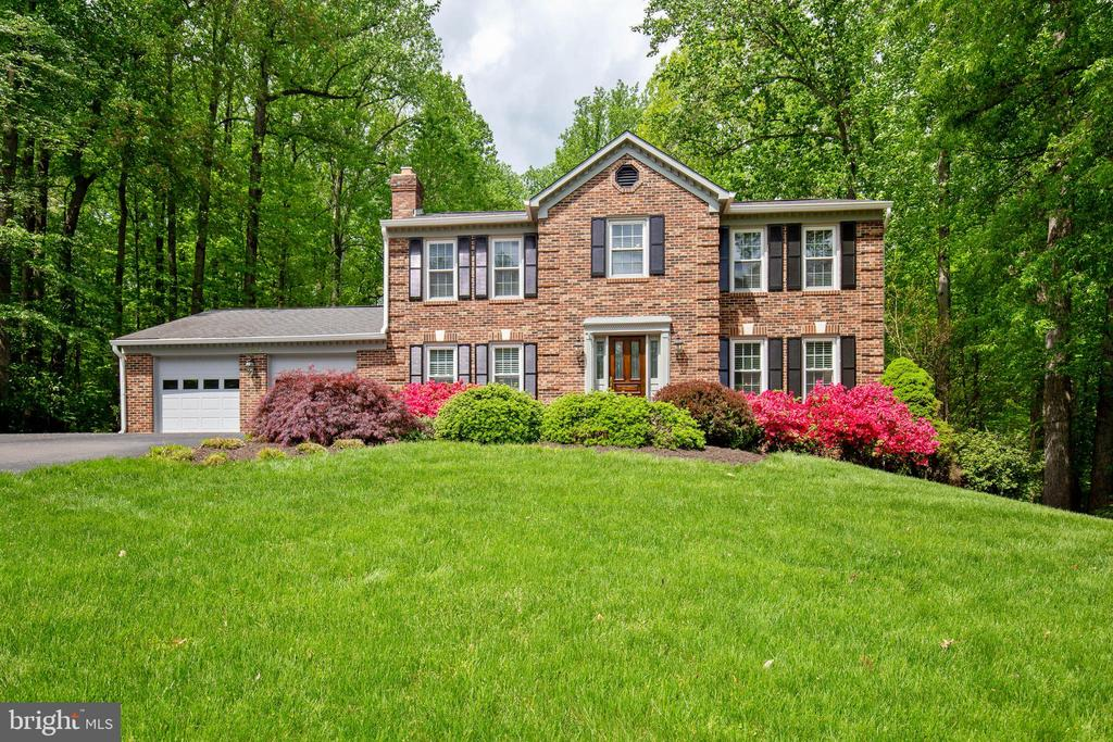 Beautiful lawn, gorgeous landscaping, you're home! - 7704 LAKELOFT CT, FAIRFAX STATION