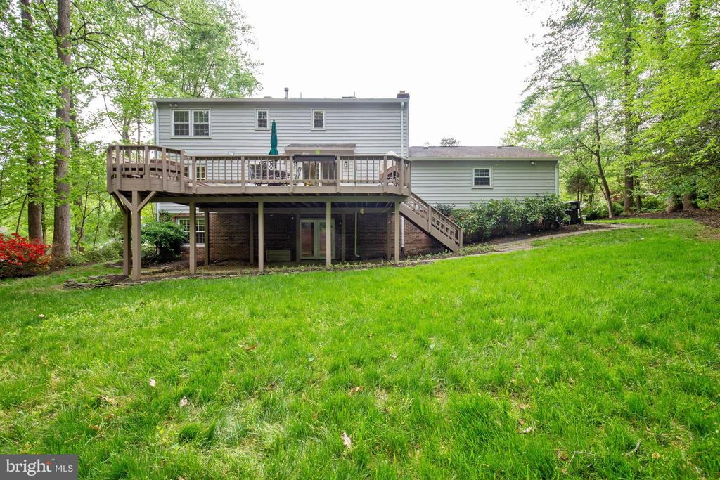 A huge deck and lower level patio-entertain easily - 7704 LAKELOFT CT, FAIRFAX STATION