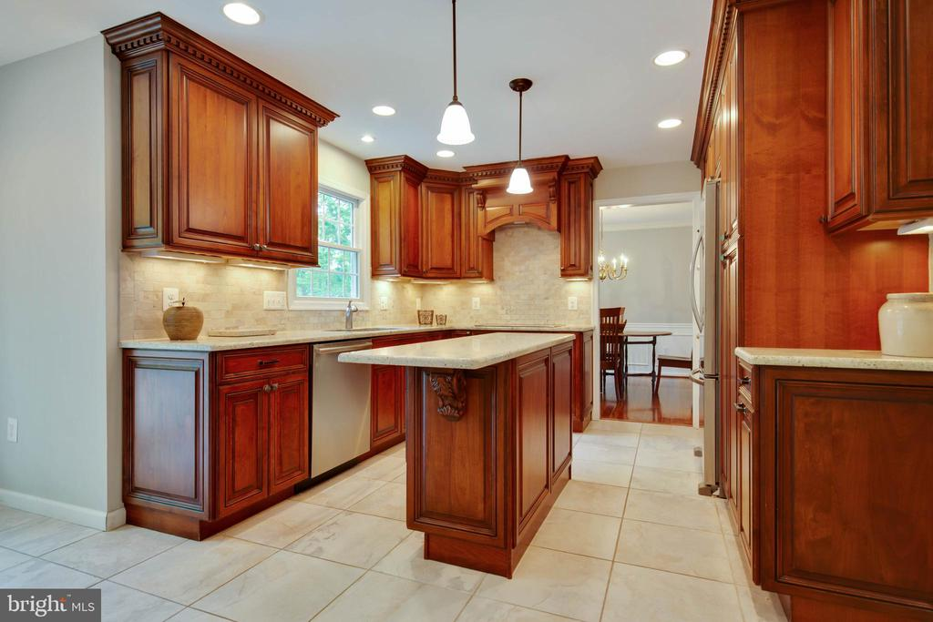 The kitchen is fabulous!  Island and more! - 7704 LAKELOFT CT, FAIRFAX STATION