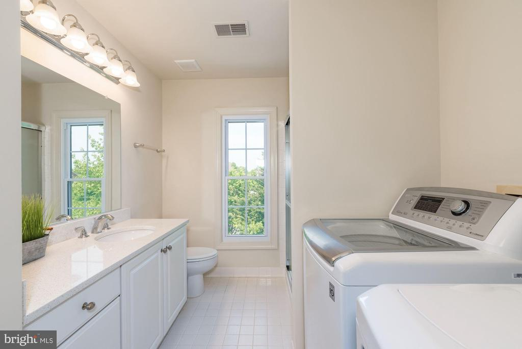 Hall Bath and  upper level washer dryer - 2200 JOURNET DR, DUNN LORING