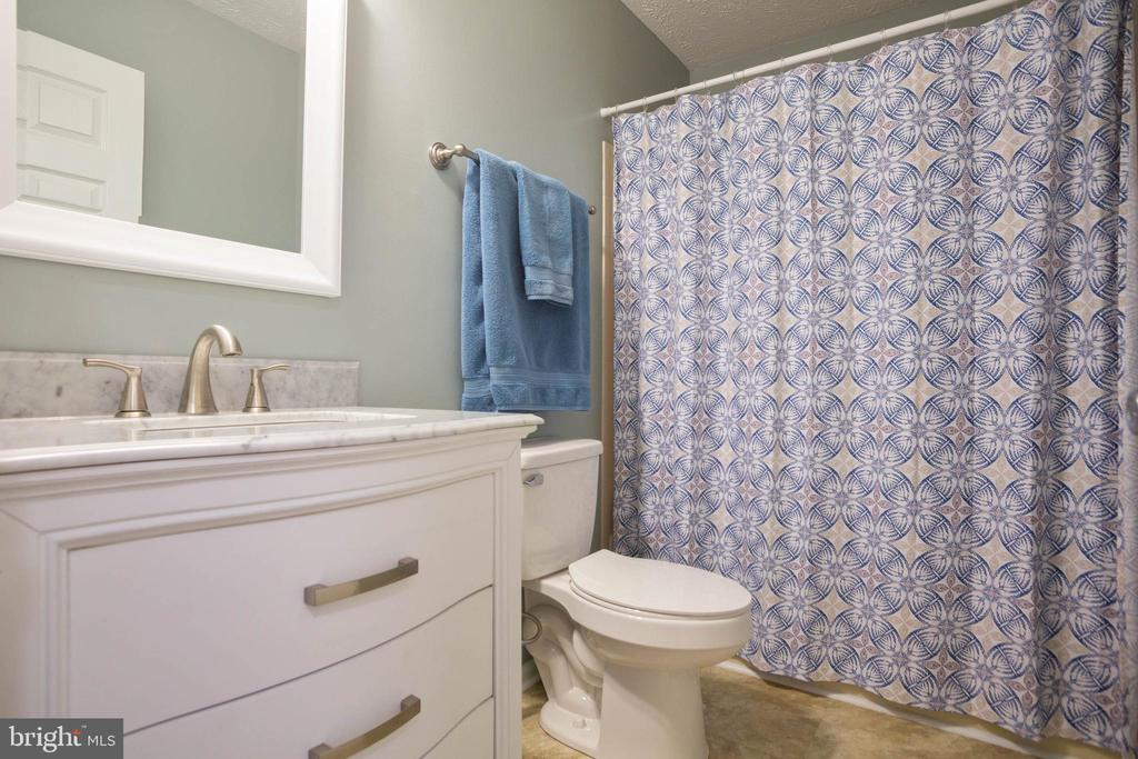Newly remodeled hallway full bath - 8145 MORNING BREEZE DR, ELKRIDGE