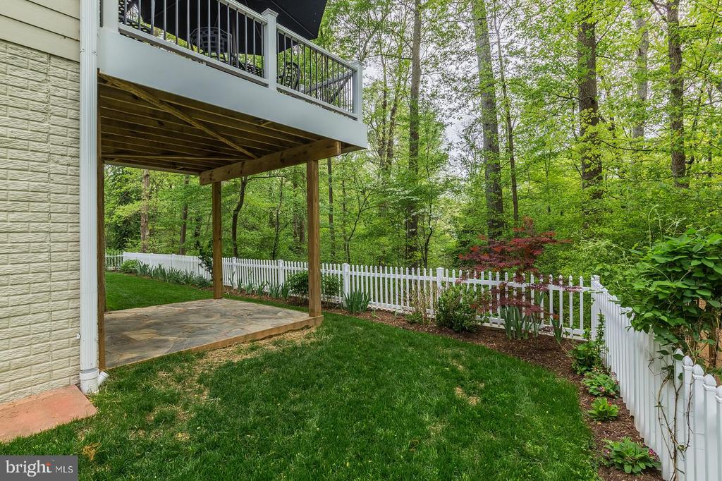 Low maintenance deck and wooded, fenced rear yard - 1207 ROSS DR SW, VIENNA