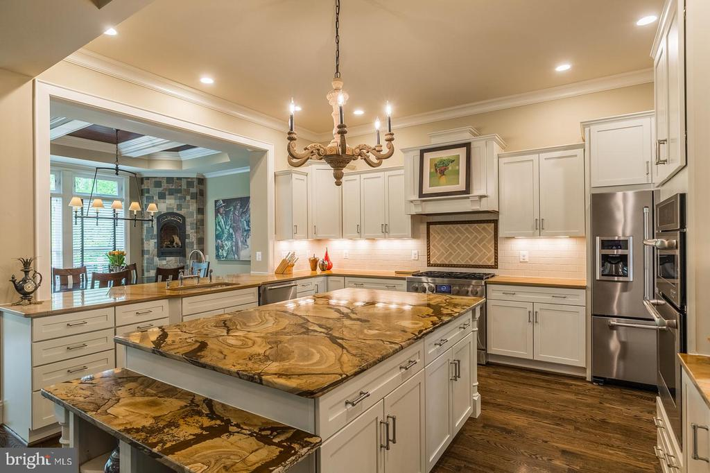 Cabinets and counter space everywhere! - 1207 ROSS DR SW, VIENNA