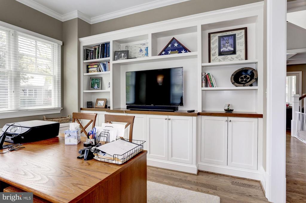 Custom built-in and bench seat w/ file drawers - 405 N HIGHLAND ST, ARLINGTON