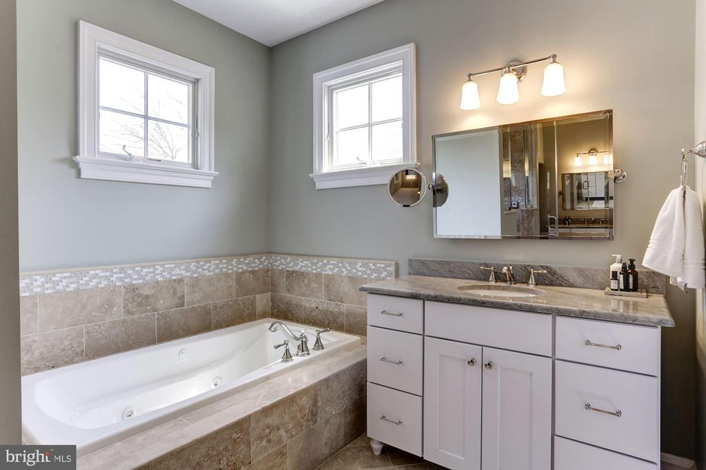 Jacuzzi tub & dual toilet rooms - 405 N HIGHLAND ST, ARLINGTON