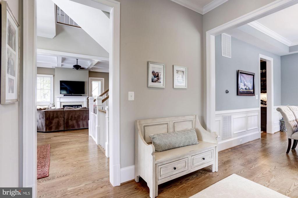Main level vestibule - 405 N HIGHLAND ST, ARLINGTON