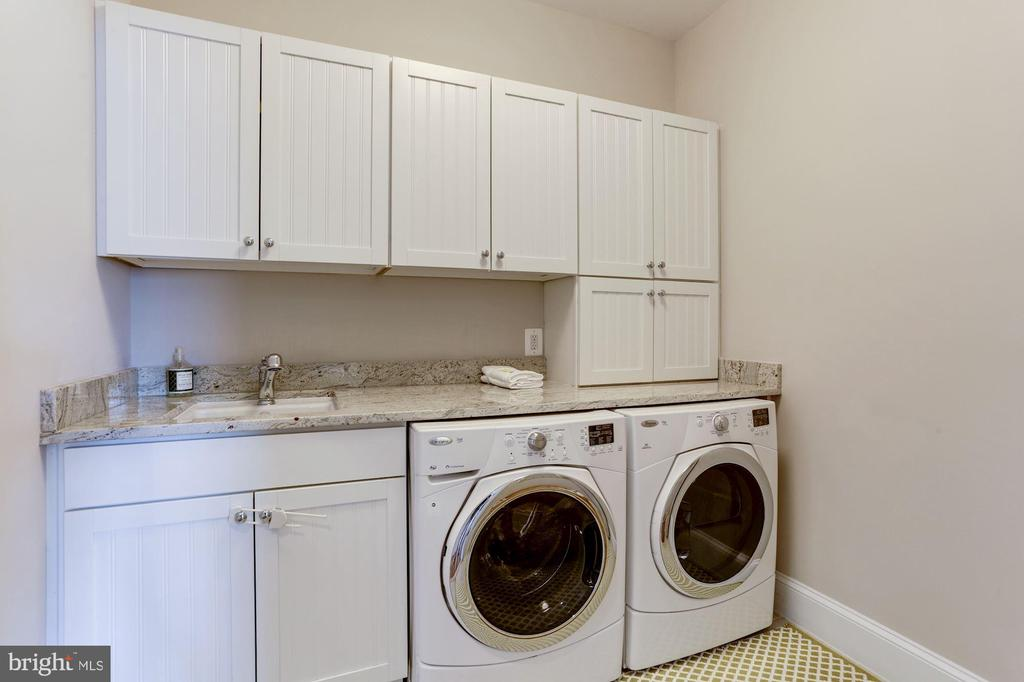 Generous, function laundry on bedroom level - 405 N HIGHLAND ST, ARLINGTON