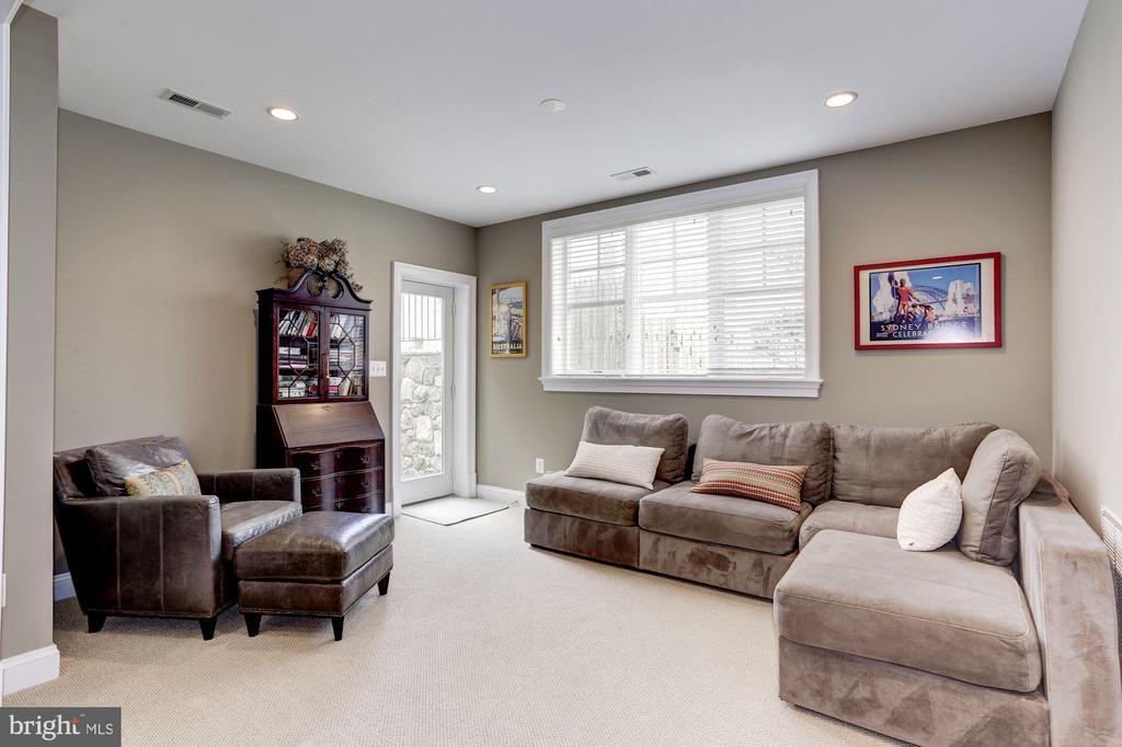 Walk-out lower level - 405 N HIGHLAND ST, ARLINGTON