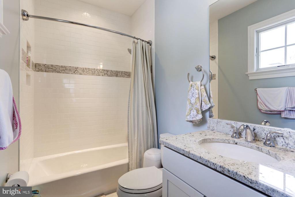 Bath 3 - 405 N HIGHLAND ST, ARLINGTON