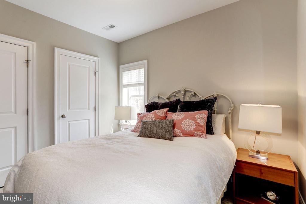 Lower Level bedroom - 405 N HIGHLAND ST, ARLINGTON