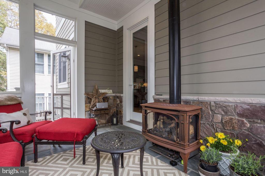 Charming stove-style gas fireplace - 405 N HIGHLAND ST, ARLINGTON