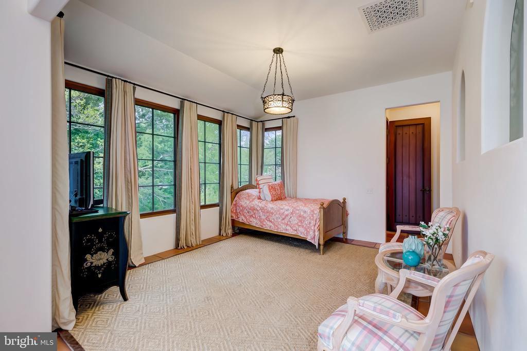 Lounging Room or Workout Room, You Decide - 833 LONDONTOWN RD, EDGEWATER