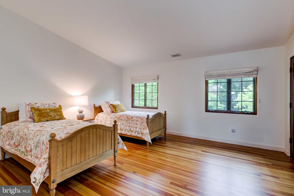 Bedroom 2 w/Full Bath, Vaulted Ceiling - 833 LONDONTOWN RD, EDGEWATER