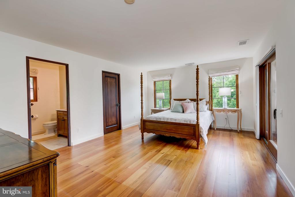 Bedroom 1 w/Full Bath, Nice Size - 833 LONDONTOWN RD, EDGEWATER