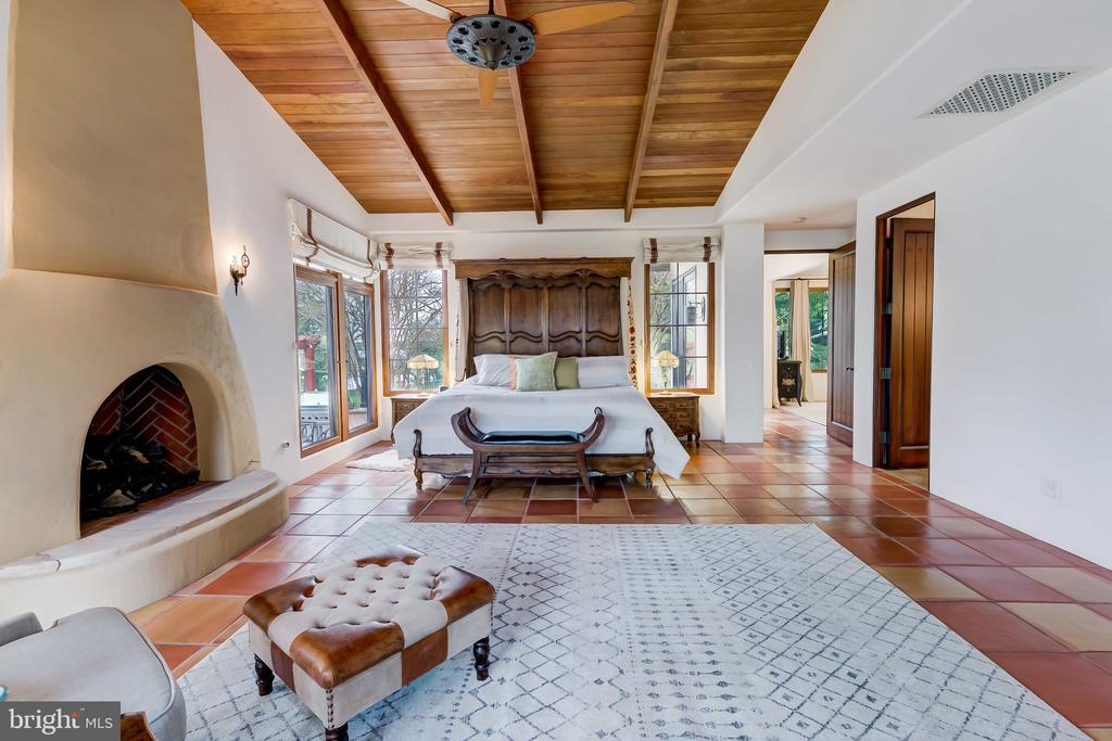 Vaulted Ceiling with Beautifully Stained Wood - 833 LONDONTOWN RD, EDGEWATER
