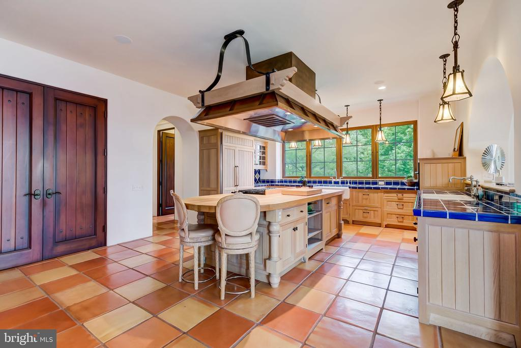 A True Gourmet Kitchen, A Chef's Dream - 833 LONDONTOWN RD, EDGEWATER