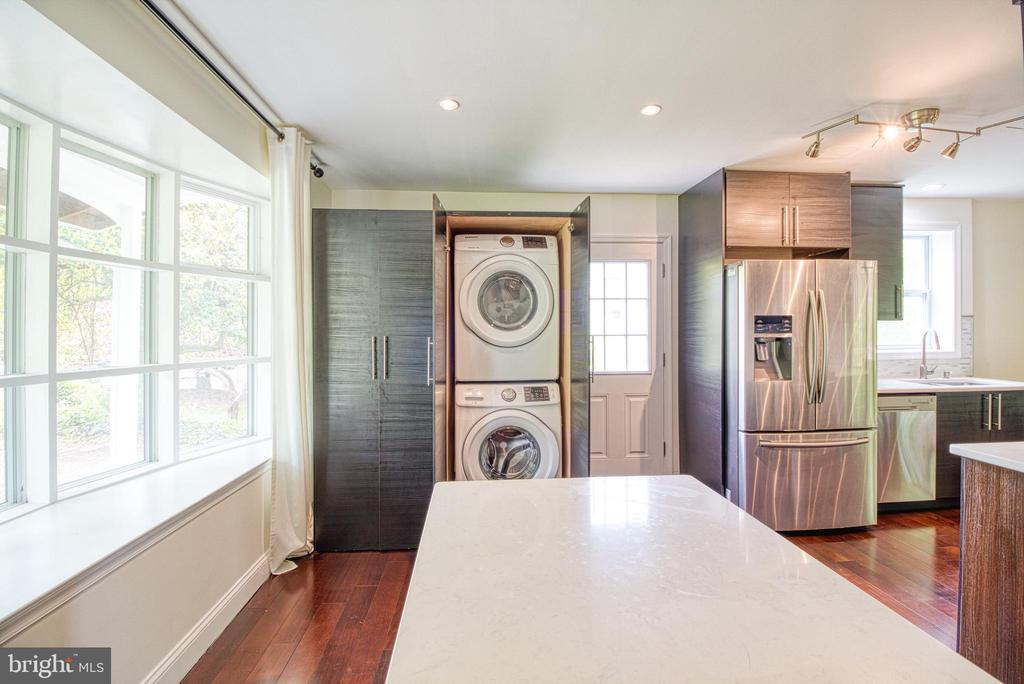 Kitchen with hidden 2nd Washer & Dryer on Main - 6800 CAPSTAN DR, ANNANDALE