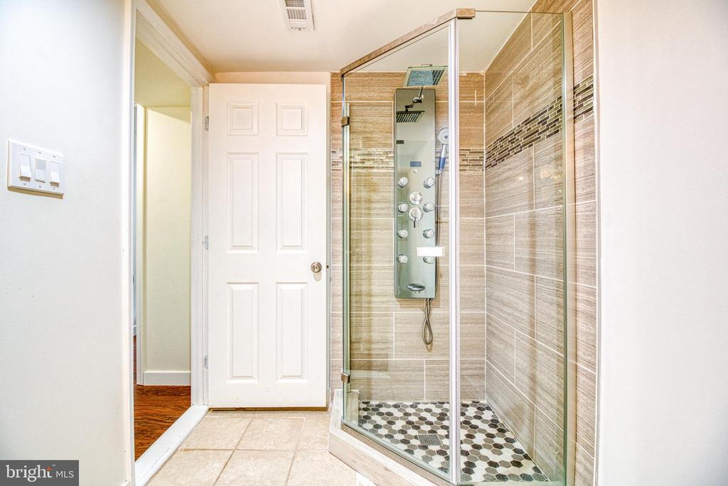 Lower Full Bath - 6800 CAPSTAN DR, ANNANDALE