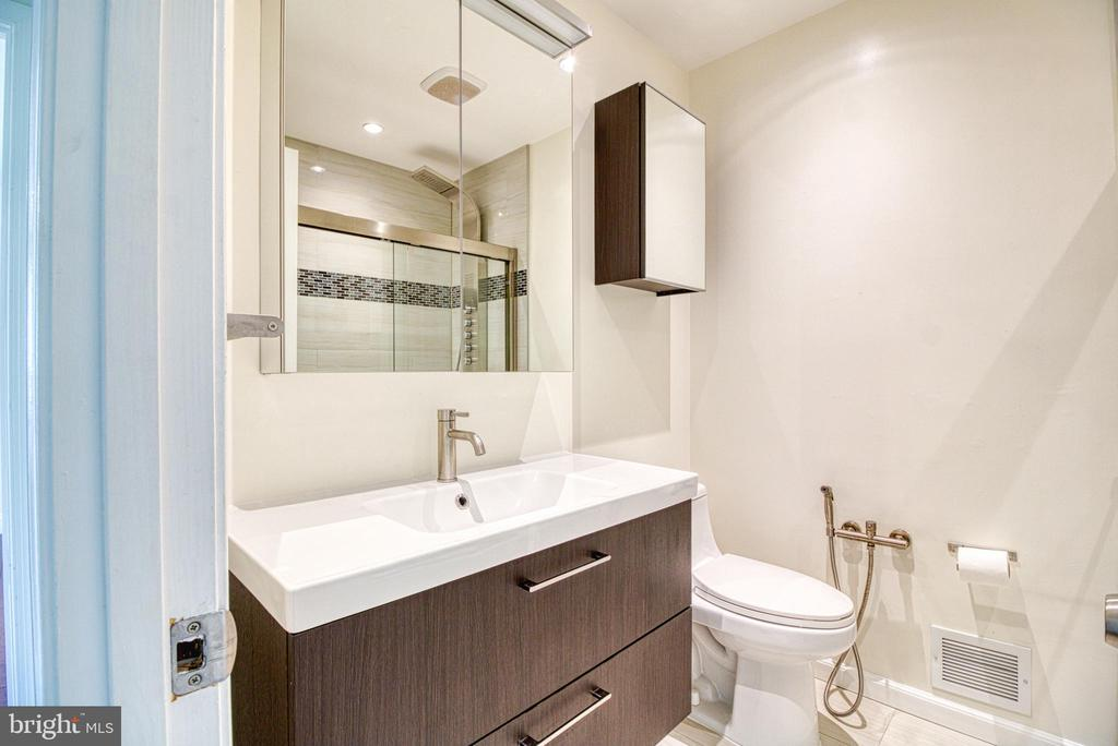 Hall Bath Upper - 6800 CAPSTAN DR, ANNANDALE