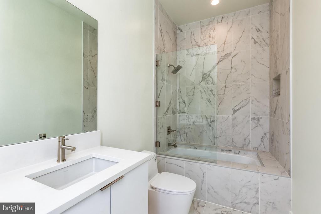 Guest Suite 2 Ful-Bathroom - 4408 OLLEY LN, FAIRFAX