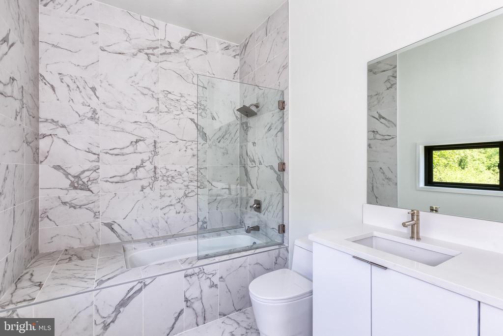 Guest Suite 3 Full-Bathroom - 4408 OLLEY LN, FAIRFAX