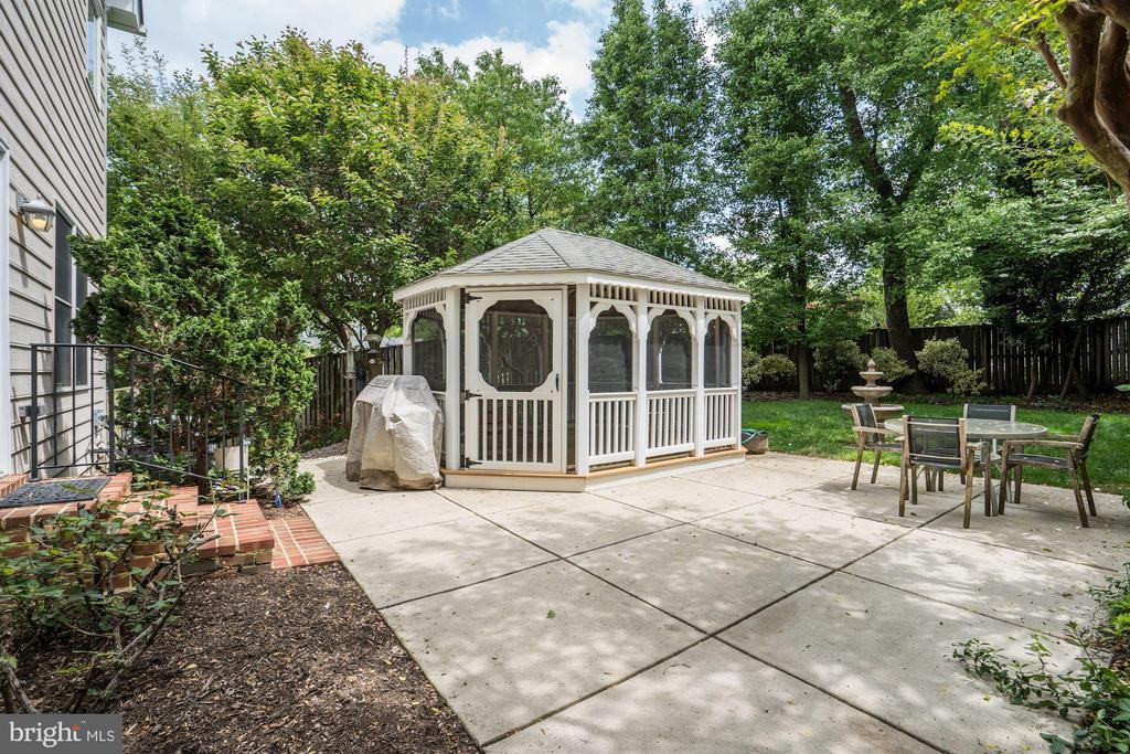 Private backyard with screened-in gazebo - 4036 24TH RD N, ARLINGTON