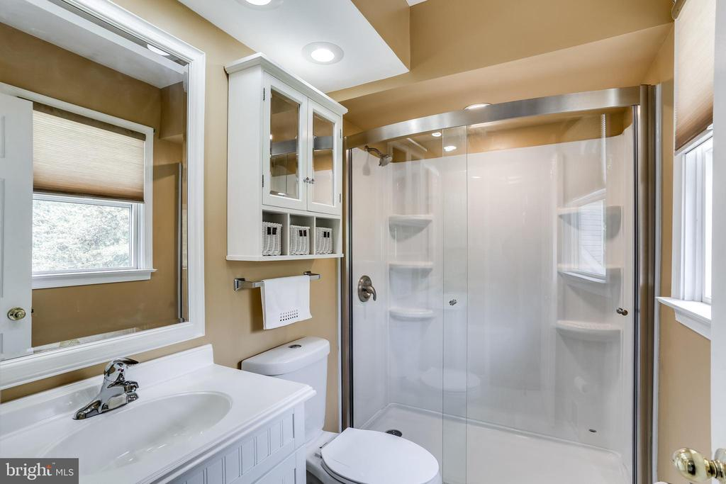En Suite Full Updated Bathroom - 6106 SEBRING DR, COLUMBIA