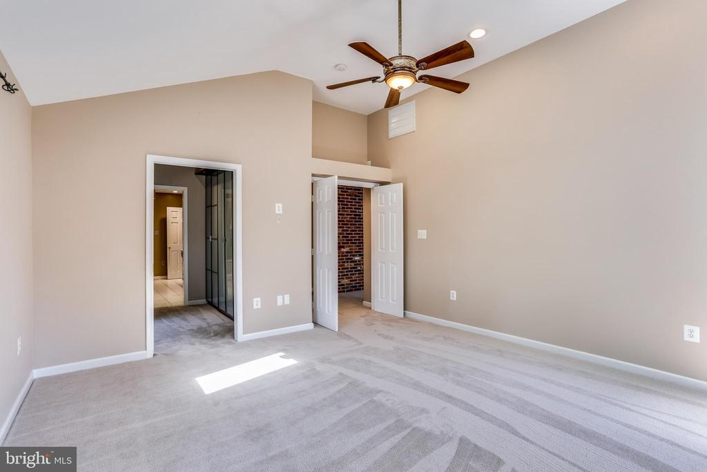 Owner's Suite with Cathedral Ceiling & Full Bath - 6106 SEBRING DR, COLUMBIA