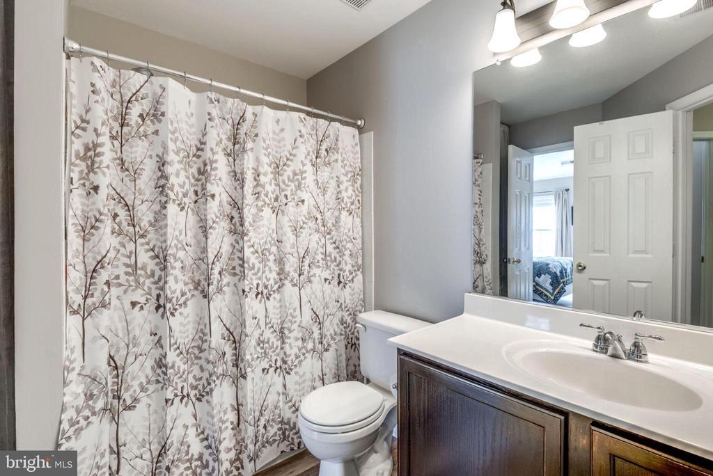 Master Bedroom #1  En Suite Bath w/ Tub - 2582 LOGAN WOOD DR, HERNDON