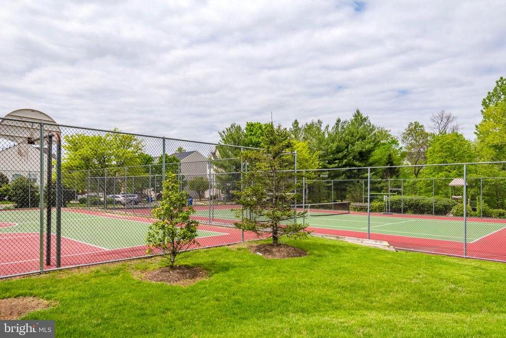 Walk to Basketball & Tennis Court - 2582 LOGAN WOOD DR, HERNDON