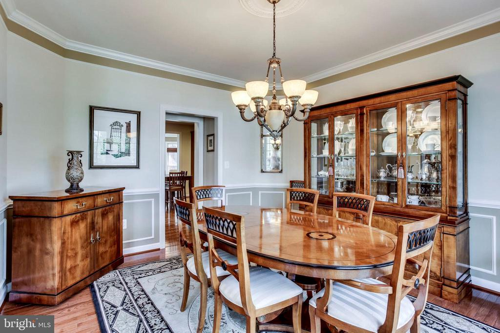 Large formal dining room perfect for entertaining - 25647 S VILLAGE DR, CHANTILLY