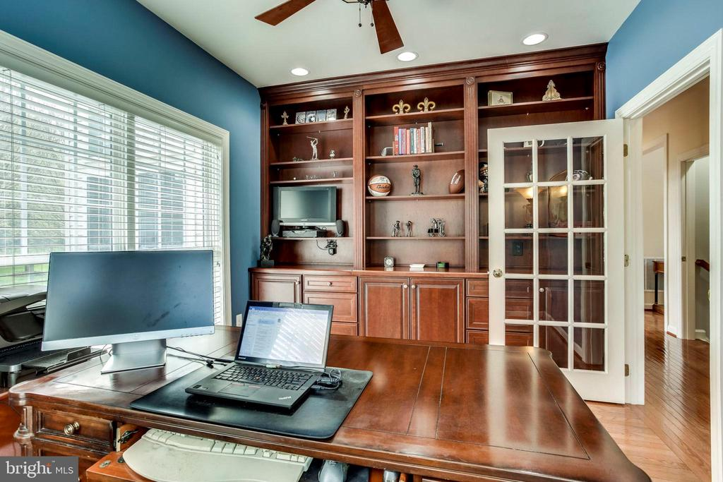 Private office on main level w/~built-in bookcase - 25647 S VILLAGE DR, CHANTILLY