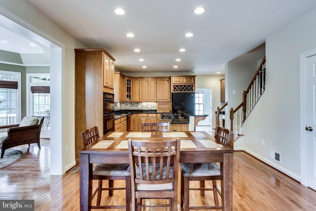 Cheerful breakfast area - 25647 S VILLAGE DR, CHANTILLY