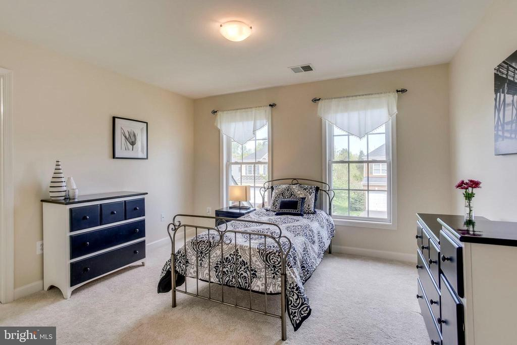 Upper level bedroom 3 - 25647 S VILLAGE DR, CHANTILLY