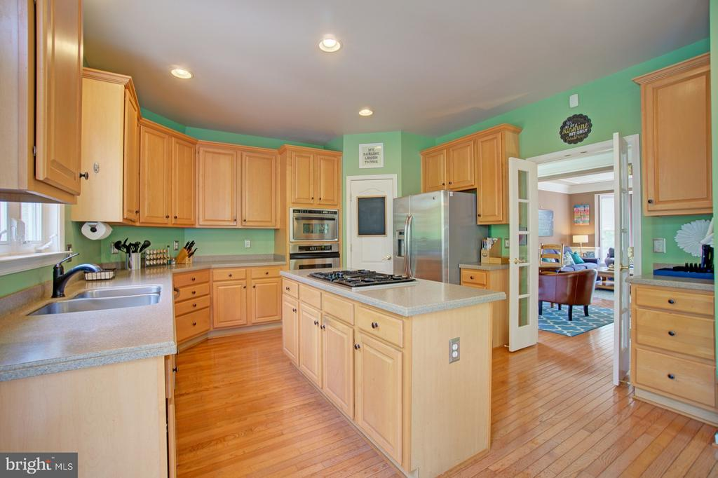 Functional Kitchen with Easy Access to Dining Room - 42834 MEANDER CROSSING CT, BROADLANDS