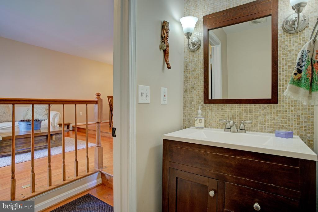 Main level powder room - 6900 COMPTON VALLEY CT, CENTREVILLE