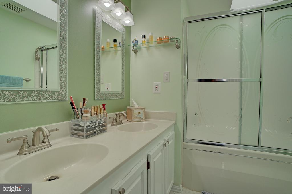 Dual sink - 6900 COMPTON VALLEY CT, CENTREVILLE