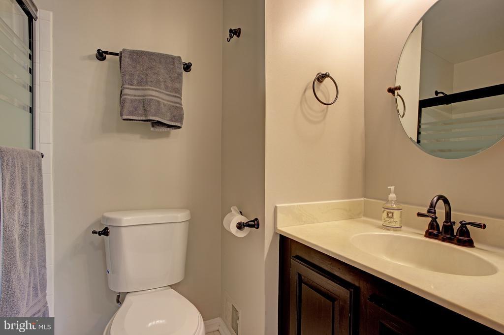 Hall bath - 6900 COMPTON VALLEY CT, CENTREVILLE