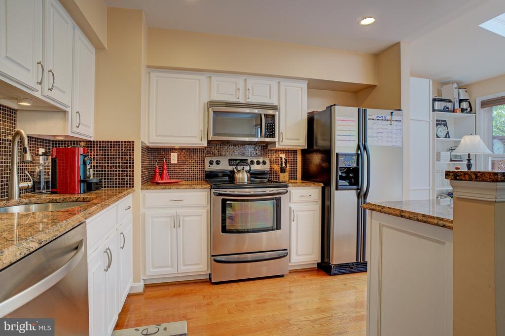 Hardwoods in kitchenL - 6900 COMPTON VALLEY CT, CENTREVILLE