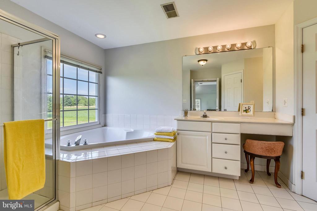 Ceramic tile floors in master bathroom - 42324 BIG SPRINGS CT, LEESBURG